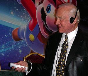 Aldrin prueba el juego. (Foto: P. R.)