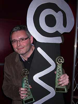 El profesor Nacho Valdés, con sus dos premios.