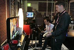 Dos jóvenes franceses juegan con la Xbox 360 en el CES de las Vegas. (Foto: REUTERS)