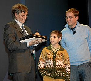 Bill Gates, junto a uno de los niños que ha participado en la demostración. (Foto: EL MUNDO)