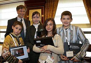 El fundador de Microsoft, junto a los cuatro escolares españoles. (Foto: EFE)