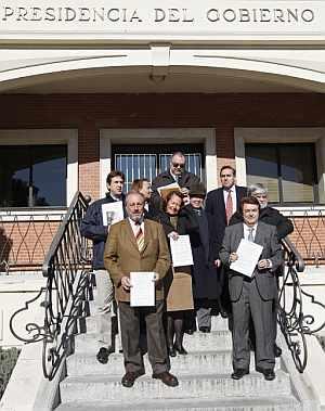 Representantes de la plataforma 'Todos contra el canon', en la Moncloa. (Foto: EFE)