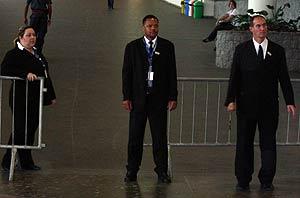 Guardias de seguridad en una de los múltiples controles en el recinto de vla Campus. (Foto: P. R.)