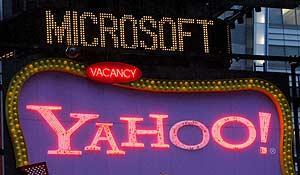 Luminosos con los nombres de Yahoo! y Microsoft. (Foto: EFE)