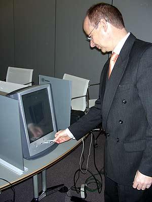 Gil-Ortega hace una demostración con la urna electrónica de indra, que no estará presente en los próximos comicios. (Foto: P. R.)