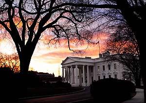 Imagen de un amanecer en el exterior de la Casa Blanca, en Washington DC. (Foto: AP)