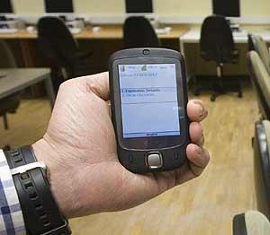 Centro de datos en la Delegación del Gobierno en el País Vasco, con una de als PDA utilizadas para la transmisión de los recuentos. (Foto: EFE)