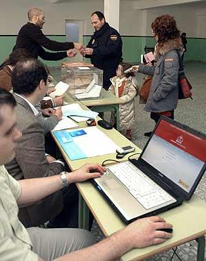 Un colegio electoral de Toledo probó, junto a otros dos, un método de transmisión de datos a través de un portátil. (Foto EFE)