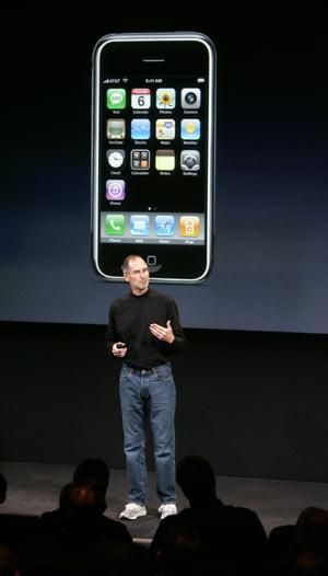 Steve Jobs, jefe de Apple, con el iPhone detrás. (Foto: AP)