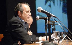 El presidente de la Corporación de RTVE, Luis Fernández, durante su intervención en Huesca. (Foto: EFE)