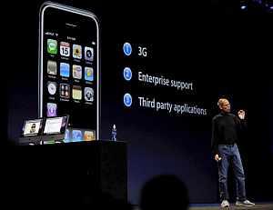 Steve Jobs presenta el iPhone 2.0. (Foto: AP)