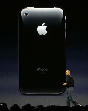 Steve Jobs, ante la característica parte trasera del dispositivo. (Foto: AP)