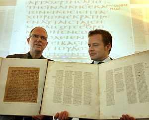 El profesor Ulrich Johannes Schneider (i) y al gerente de desarrollo de Microsoft, Carsten Dorgerloh, sosteniendo dos papiros Ebers y una hoja del 'Codex Sinaiticus'. (Foto: EFE)
