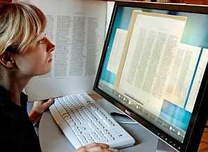 La estudiante universitaria Mareike Sieg observa la edición digital del 'Codex Sinaiticus'. (Foto: EFE)