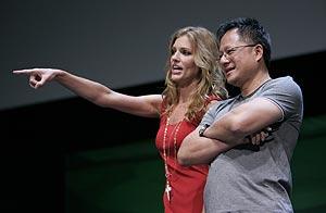 La actriz Tricia Helfer (de la serie Battlestar Galactica) junto al presidente y cofundador de Nvidia, Jen-Hsun Huang, en la conferencia Nvision 08. (Foto: AP)