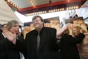 El director de cine en el estreno de su película 'Fahrenheit 9/11' en Washington. (Foto: elmundo.es)