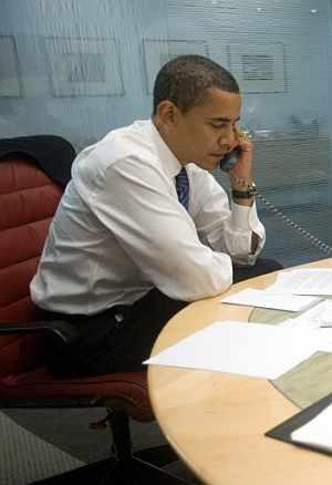 Barak Obama atiende las felicitaciones de líderes de todo el mundo el miércoles desde sus oficinas en Chicago. (Foto: AFP)