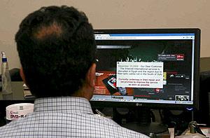 Un joven espera que se cargue una página en Egipto durante el corte. (Foto: EFE)