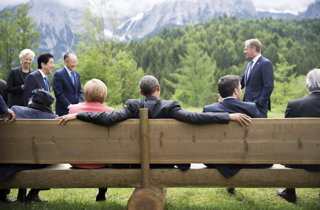 Barack Obama, Angela Merkel y Matteo Renzi se sientan en un banco frente a las montañas Wetterstein, en el palacio de Elmau (Alemania). Michael Kappeler / Pool