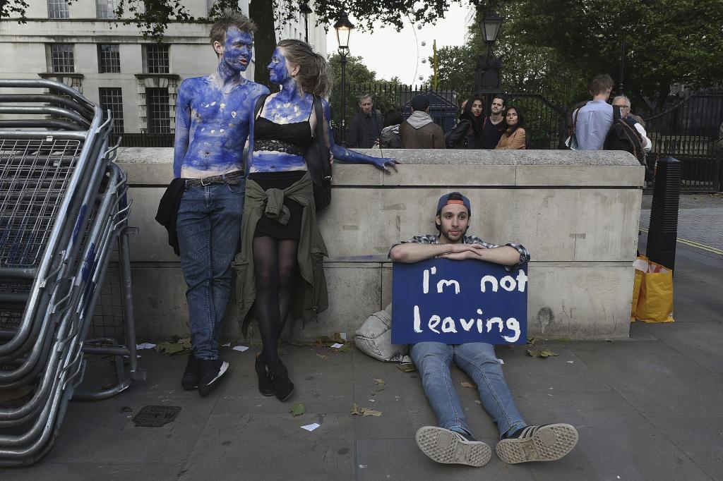 Tres jóvenes protestan en Downing Street contra la decisión de abandonar la Unión Europea. (Mary Turner /Getty)