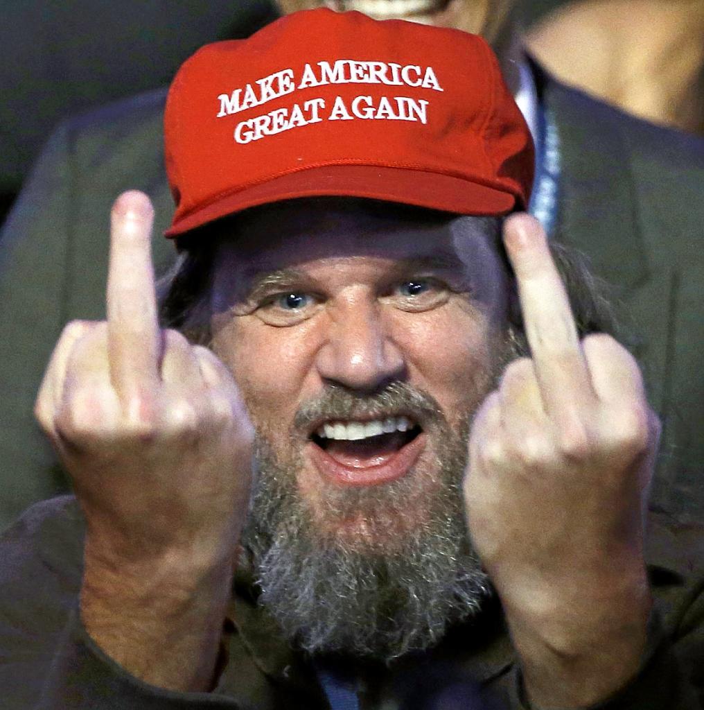 El votante de Trump que se hizo popular por la peineta que le dedicó a los fotógrafos.