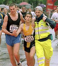Un corredor asistido en el Maratón Popular de Madrid./ CHEMA TEJADA