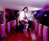 Sueños. Con la guitarra que le regaló Brian May, de Queen. Confiesa que uno de sus deseos de juventud era ser rockero.