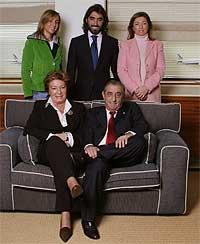 Foto de familia. De arriba abajo y de izquierda a derecha, María José, Javier y Cristina, y sentados en primer término sus padres, Eloísa y Juan José.