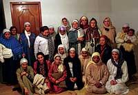 MUJERES. Mujeres españolas e indias, en la madrugada del pasado viernes tras la ceremonia musulmana dirigida por el emir español.