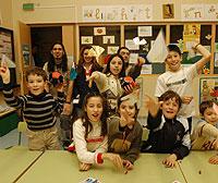 Un grupo de estudiantes juega con aviones de papel./ EL MUNDO