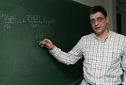 El profesor Antonio Brú explica la fórmula matemática que ha desarrollado de acuerdo a su teoría sobre la dinámica de crecimiento del cáncer./EFE