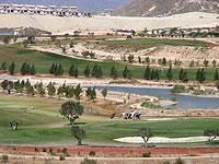 MURCIA VERDE.En el campo de El Saladillo, situado en la localidad de Mazarrón, el agua tampoco falta. Incluso dispone de un gran lago artificial. El césped, totalmente verde, contrasta con el suelo desértico que rodea las urbanizaciones cercanas. El complejo deportivo es uno de los cinco oasis turísticos de la región, donde la sequía es ya un mal crónico.