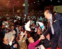 BAÑO DE MULTITUDES. Manuel Fraga recibe los homenajes de la colectividad gallega en Buenos Aires durante la pasada campaña.