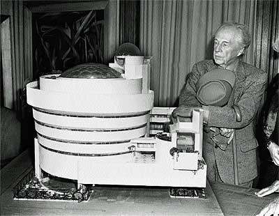 Con su obra. Wright, junto a una maqueta del Guggenheim de Nueva York, terminado después de su muerte.