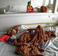 VICTIMA. Abubak, de 8 años, acaba de ser operado de un cáncer de estómago en el hospital infantil de Rabat. En la zona donde vive, los casos de esta enfermedad se multiplican. / JOSÉ F. FERRER