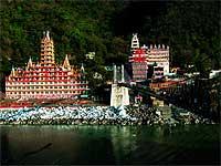 Con el profusamente decorado templo de Gita al fondo, el puente colgante de Lakshman sobre el sagrado Ganges se levantó en 1939 donde antes, según la leyenda, Lakshman, hermano del dios Ram, logró cruzó sus aguas a través de un puente de cuerda. / FOTO: MARÍA FLUXA