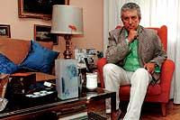 El actor en el salón de su casa, donde guarda numerosos objetos que le traen muy buenos recuerdos. / PACO TOLEDO