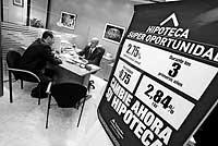 Un cliente solicita información sobre un préstamo hipotecario en una entidad financiera. / KIKE PARA