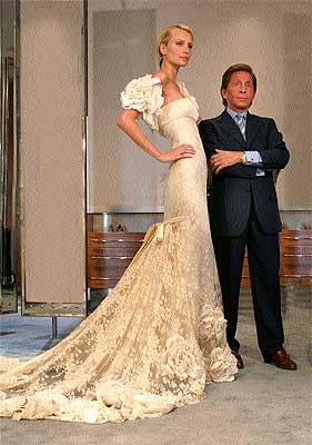 Valentino posa con uno de sus diseños para Pronovias.