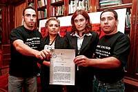 Los hermanos de José Couso, acompañados de su madre (segunda por la izquierda) y su abogada. / DIEGO SINOVA
