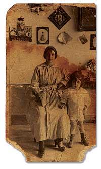 EL NIÑO. José, un año antes de padecer la enfermedad, con su tía Cristeta, en la casa familiar de Luarca.