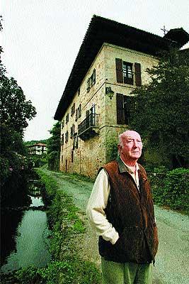 En su casa. Rodeado por sus recuerdos, Caro Baroja apenas se mueve de Itzea, en Vera de Bidasoa (Navarra)