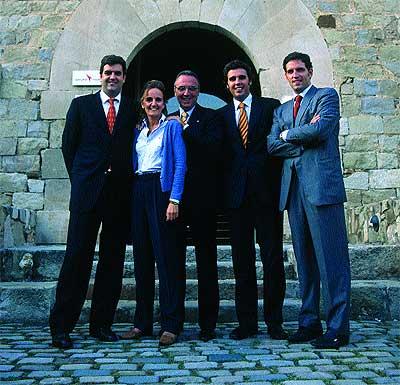El clan, 2005. Joan Gaspart, en el centro, junto a cuatro de sus cinco hijos –Josep, María, Juanón y Guillermo– involucrados en el negocio que dirige desde la masía en la que posan.