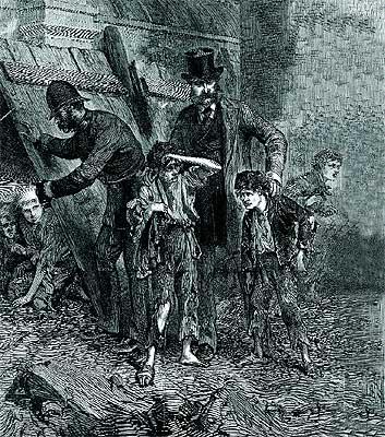 Arriba, un polícia reprende a los niños de la calle que mendigan. Este grabado sitúa la acción en Londres, Inglaterra, en el año 1871. Barney Clark (derecha) fue el niño elegido para interpretar a Oliver Twist en la nueva versión cinematográfica del director Roman Polanski.
