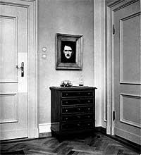 """Hitler. Retrato del """"Fuhrer"""", en su apartamento de Berlín."""