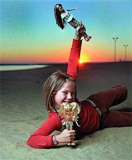 Un año triunfal. María Isabel juega con sus muñecas en la playa de Isla Canela, en Ayamonte, Huelva.
