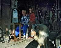 María Isabel junto a su abuelo en el taller familiar