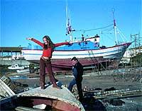 Con su padre, que atiende al teléfono mientras ella baila en el astillero