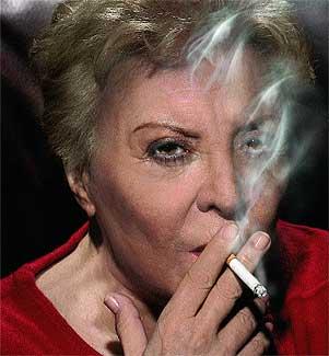 """""""Acosada"""". """"A mi edad y con mi carácter, que me prohíban cosas me molesta muchísimo"""", confiesa esta fumadora empedernida."""