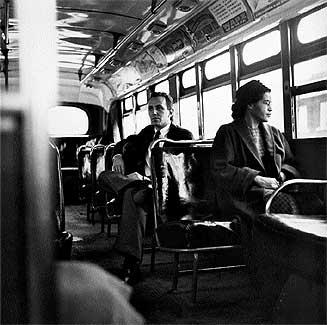 En el autobús. Rosa Parks en diciembre de 1956, después de que la Corte Suprema ilegalizara la discriminación racial.